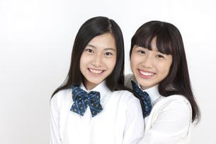 笑顔の女子学生2人の写真素材 [FYI04640085]