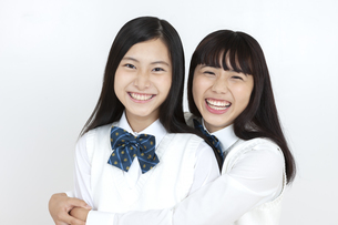 笑顔の女子学生2人の写真素材 [FYI04640086]