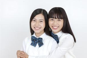 笑顔の女子学生2人の写真素材 [FYI04640087]