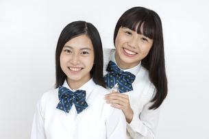 笑顔の女子学生2人の写真素材 [FYI04640088]