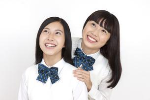 笑顔の女子学生2人の写真素材 [FYI04640090]