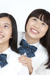 笑顔の女子学生2人の写真素材 [FYI04640091]