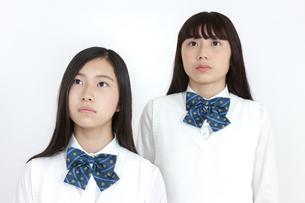 遠くを見つめる女子学生2人の写真素材 [FYI04640092]