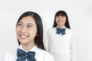 笑顔の女子学生2人の写真素材 [FYI04640094]