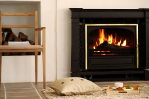 暖炉のある部屋の写真素材 [FYI04640251]