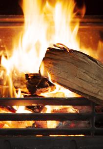 暖炉と燃える薪の写真素材 [FYI04640256]