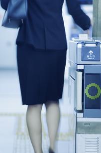 改札機を通るビジネスウーマンの後姿の写真素材 [FYI04640292]