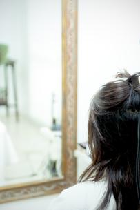 美容室の鏡の前に座る女性の写真素材 [FYI04640293]