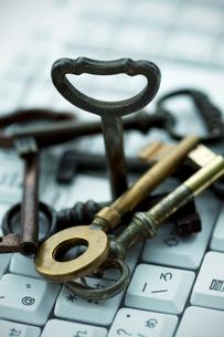 キーボードの上の鍵の写真素材 [FYI04640351]