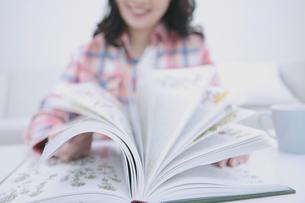 本のページを捲る女性の写真素材 [FYI04640431]