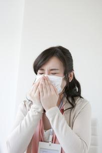 マスクをしているビジネスウーマンの写真素材 [FYI04640525]