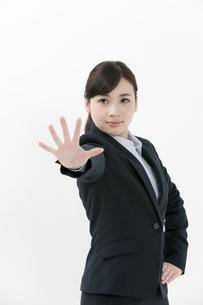 手をかざしているビジネスウーマンの写真素材 [FYI04640568]