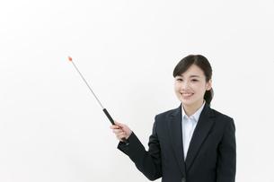 指し棒を持つビジネスウーマンの写真素材 [FYI04640584]