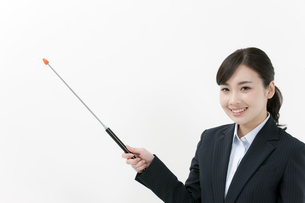 指し棒を持つビジネスウーマンの写真素材 [FYI04640585]