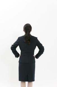 腰に手をあてるビジネスウーマンの後姿の写真素材 [FYI04640602]