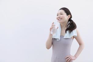 ペットボトルの水を飲む女性の写真素材 [FYI04640661]