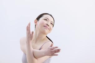 ストレッチをする女性の写真素材 [FYI04640677]