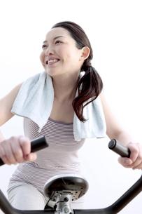 エアロバイクで運動する女性の写真素材 [FYI04640696]