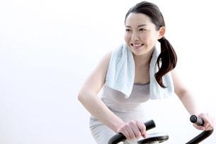 エアロバイクで運動する女性の写真素材 [FYI04640697]