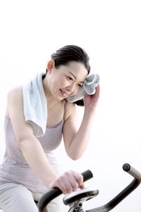 タオルで汗を拭く女性の写真素材 [FYI04640698]