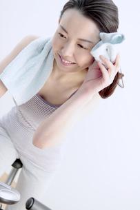 タオルで汗を拭く女性の写真素材 [FYI04640699]