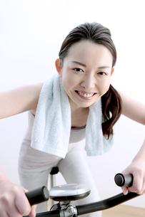 エアロバイクで運動をする女性の写真素材 [FYI04640702]