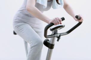 エアロバイクで運動する女性の写真素材 [FYI04640835]