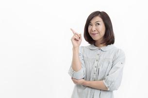 指を立てる中年女性の写真素材 [FYI04640950]