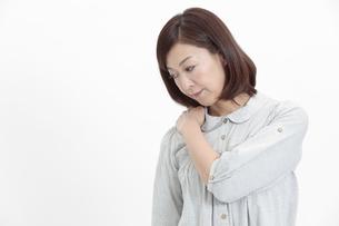 肩を押さえる中年女性の写真素材 [FYI04640974]