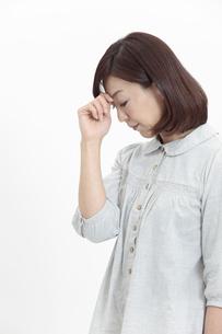 眉間を押さえる中年女性の写真素材 [FYI04640975]