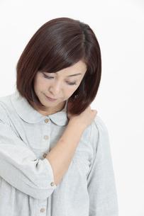 肩を押さえる中年女性の写真素材 [FYI04640976]