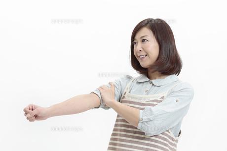 腕まくりをする中年女性の写真素材 [FYI04640979]