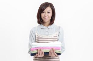 タオルを持つ中年女性の写真素材 [FYI04640989]