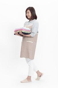 タオルを持つ中年女性の写真素材 [FYI04640993]