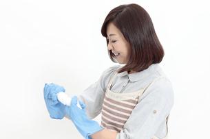 雑巾をしぼる中年女性の写真素材 [FYI04641017]