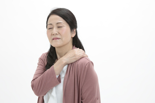 肩を押さえるシニア女性の写真素材 [FYI04641147]