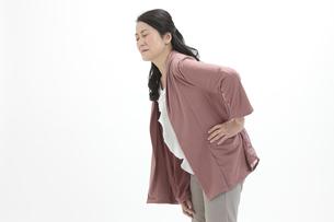 腰を押さえるシニア女性の写真素材 [FYI04641152]
