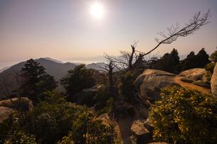 【広島県 宮島】弥山からみる山頂の夕方の風景の写真素材 [FYI04641196]