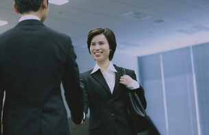 握手するビジネスマンとビジネスウーマンの写真素材 [FYI04641310]