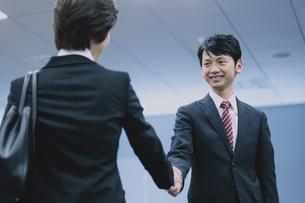 握手するビジネスマンとビジネスウーマンの写真素材 [FYI04641311]