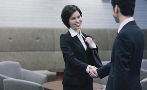 握手するビジネスマンとビジネスウーマンの写真素材 [FYI04641313]