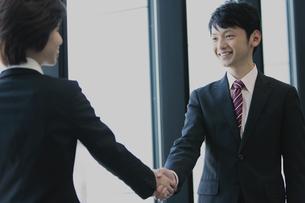 握手するビジネスマンとビジネスウーマンの写真素材 [FYI04641335]