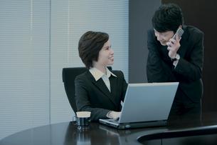打ち合わせをするビジネスマンとビジネスウーマンの写真素材 [FYI04641374]