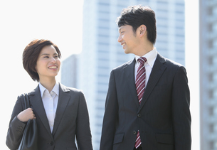歩くビジネスマンとビジネスウーマンの写真素材 [FYI04641427]