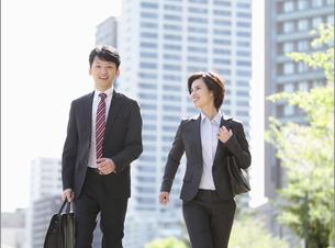 走るビジネスマンとビジネスウーマンの写真素材 [FYI04641455]