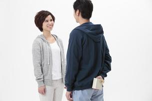 プレゼントを渡すカップルの写真素材 [FYI04641506]