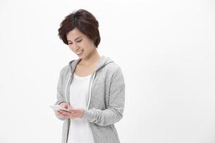 スマートフォンを操作する女性の写真素材 [FYI04641547]