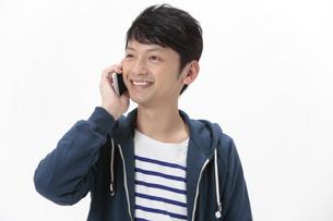 スマートフォンで通話する男性の写真素材 [FYI04641580]