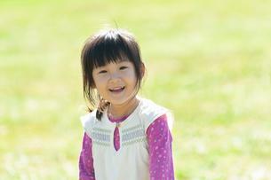 草原で笑う女の子の写真素材 [FYI04641834]