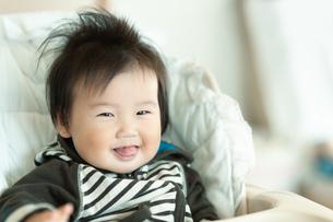 ベビーシートに座って笑う赤ちゃんの写真素材 [FYI04641837]
